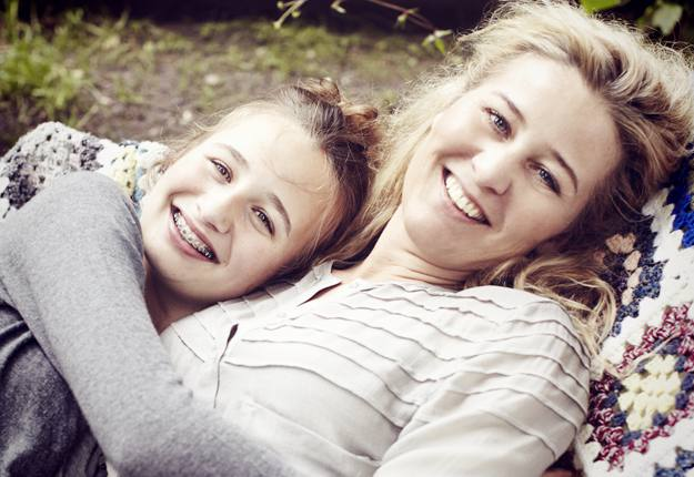 Teen κορίτσια παίζοντας με στρόφιγγες